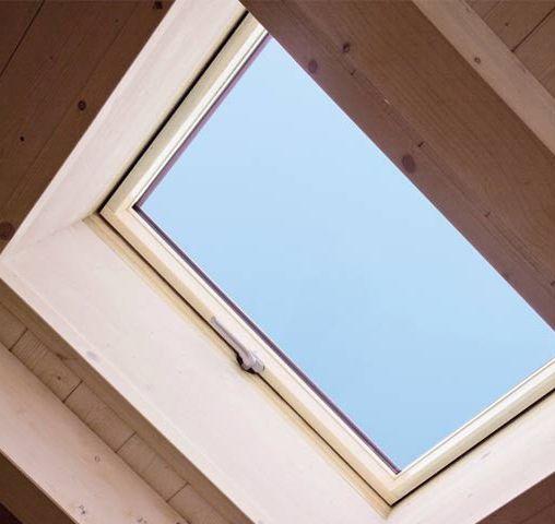Finestra per tetti tipo botola apribile laterale a 90 for Finestra nel tetto