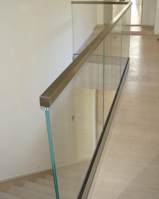 Parapetto in vetro con profilo fissato sopra il pavimento corrimano in vetro per scale - Corrimano in vetro per scale ...
