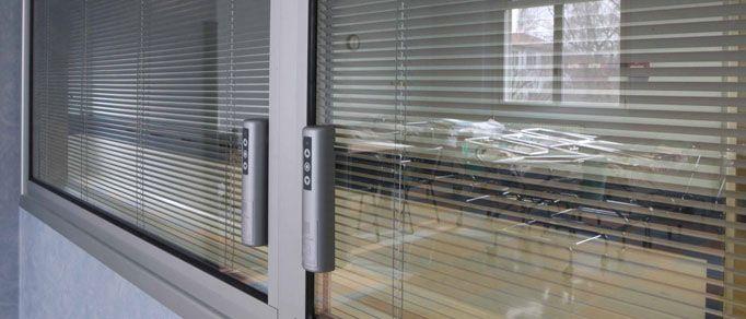 Preventivo veneziana interno vetro a lamelle orientabili motorizzata sl20 22mb bologna - Veneziana finestra ...